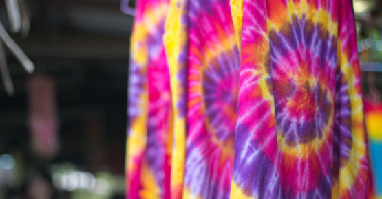 Mehrfarbiger Batik-Stoff Bindungsfarbstoffgewebe trockene Kleidung in der Sonne