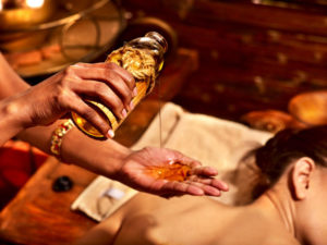 Junge Frau bekommt eine Öl-Massage Spa-Behandlung. Körper und Geist mit Ayurveda detoxen