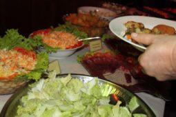 Continentales Frühstück und traditionell einheimisches Gericht